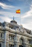 Die Flagge von Spanien flatternd auf Gebäude der Bank von Spanien Lizenzfreie Stockbilder
