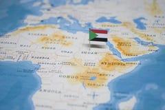 Die Flagge von Sudan in der Weltkarte lizenzfreie stockfotografie