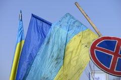 Die Flagge von Ukraine auf den Barrikaden von Kiew Stockfotografie