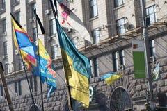Die Flagge von Ukraine auf den Barrikaden von Kiew Lizenzfreie Stockfotos