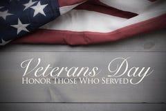 Die Flagge von vereinigt sättigt auf einem grauen Plankenhintergrund mit Kopienraum Veteranen-Tagestribut stockfotos