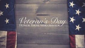 Die Flagge von vereinigt sättigt auf einem grauen Plankenhintergrund mit Kopienraum Veteranen-Tagestribut lizenzfreie stockfotografie