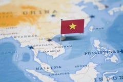 Die Flagge von Vietnam in der Weltkarte stockfoto