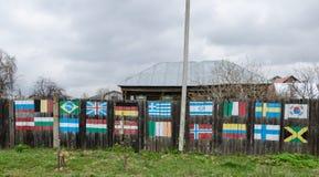 Die Flaggen auf dem Zaun stockbild