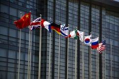 Die Flaggen das moderne Gebäude Lizenzfreie Stockfotografie