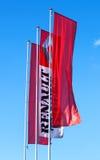 Die Flaggen des offiziellen Händlers Renault über blauem Himmel Lizenzfreies Stockfoto
