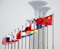 Die Flaggen mit den modernen Gebäuden Stockbilder