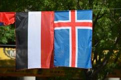 Die Flaggen vom Jemen und von Island stockfotografie