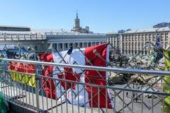 Die Flaggen von Deutschland und von Kanada, h?ngend an einem Metallzaun ?ber dem Maidan Nezalezhnosti w?hrend der Zeiten von Euro stockbilder