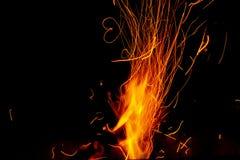 Die Flamme in der Dunkelheit mit Herzen Lizenzfreies Stockfoto