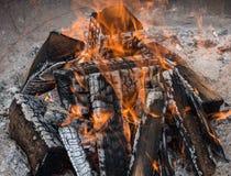 Die Flamme des brennenden Brennholzes im Feuer lizenzfreie stockfotos
