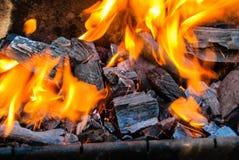 Die Flamme von der brennenden Holzkohle im Grill lizenzfreie stockfotos