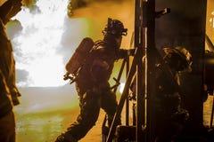 Die Flammen kämpfend, lassen wir keinen Mann zurück Stockfotos