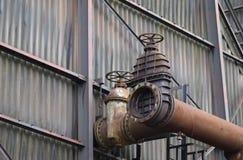 Die Flansche und alte der Metallbau im Industriegebiet Lizenzfreie Stockfotos