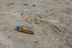Die Flasche ist auf dem Sand stockfotos