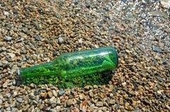 Die Flasche mit der Meldung liegt an Land Lizenzfreies Stockfoto