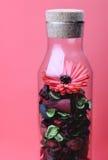 Die Flasche und die Blume innen Stockfotografie