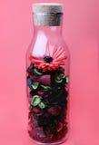 Die Flasche und die Blume innen Stockfotos
