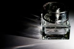 Die Flasche unter dem perfum Stockfoto