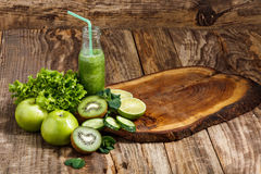 Die Flaschen mit Frischgemüsesäften auf Holztisch stockfoto