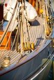 Die Flaschenzüge und die Seile der Segeljachten Stockbilder