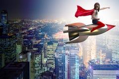 Die Fliegenrakete des kleinen Mädchens im Superheldkonzept lizenzfreies stockbild