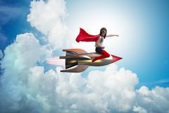 Die Fliegenrakete des kleinen Mädchens im Superheldkonzept stockfoto