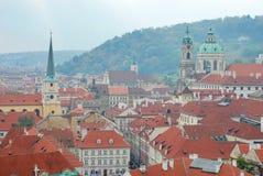 Die Fliesedächer von Prag Lizenzfreie Stockfotos