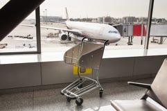 Die Flughafenlaufkatze lizenzfreie stockbilder