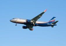 Die Flugzeug Fluglinie Airbusses A320 Aeroflot-Landung am Sheremetyevo-Flughafen Stockfotografie