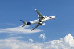 Die Flugzeuge Airbus A350 XWB, Demonstration während der internationalen Luftfahrtausstellung Lizenzfreie Stockfotos