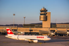 Die Flugzeuge, die für sich vorbereiten, starten am internationalen Flughafen Zürichs Lizenzfreie Stockfotos