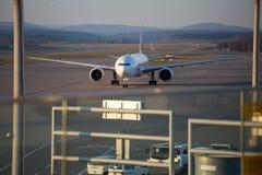 Die Flugzeuge, die für sich vorbereiten, starten am internationalen Flughafen Zürichs Stockfotos