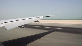 Die Flugzeuglandung auf der Rollbahn Ansicht vom Fenster auf dem großen flachen Flügel und vom Ozean auf dem Horizont stock video footage