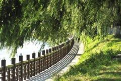 Die Flussseite des Zauns Stockbild