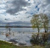 Die Flut auf dem Irtysch Lizenzfreies Stockbild