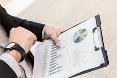 Die Fokussierung an der Hand des Geschäftsmannes überprüft Zeit lizenzfreie stockbilder