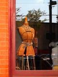 Die Form der Damenschneiderin im Fenster Lizenzfreies Stockbild