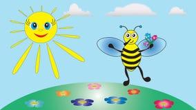 Die fröhliche kleine Biene hält einen Blumenstrauß von Blumen in seinen Tatzen Lizenzfreies Stockbild