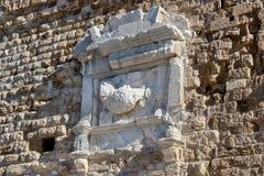 Die Fragmente einer alten Wand mit Monumenten der Geschichte stockbild