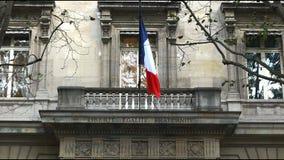 Die französische Flagge auf der Fassade des Polizeipräfekturgebäudes, Paris stock video footage