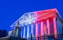 Die französische Nationalversammlung leuchtete mit Farben der französischen Staatsflagge, Paris Lizenzfreie Stockfotos
