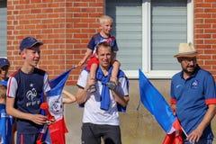 Die Franzosen feiern den Sieg ihres Fußballteams im abschließenden 8. stockbild