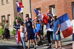 Die Franzosen feiern den Sieg ihres Fußballteams im abschließenden 8. lizenzfreie stockfotos