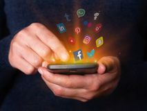 Die Frau übergibt das Halten und die Anwendung des Smartphonehandys Social Media-Netze apps überprüfend stockfoto