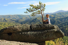 Die Frau auf dem Felsen Stockfoto