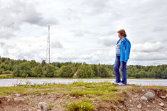 Die Frau auf dem Ufer Lizenzfreies Stockfoto