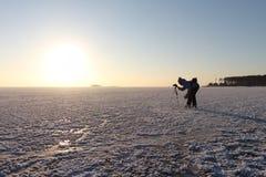 Die Frau auf den Rochen, die einen Sonnenuntergang auf dem Fluss schießen Lizenzfreie Stockbilder