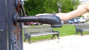 Die Frau auf der Pumpe des Wassers stock video