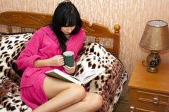 Die Frau auf einem Sofa Lizenzfreies Stockfoto
